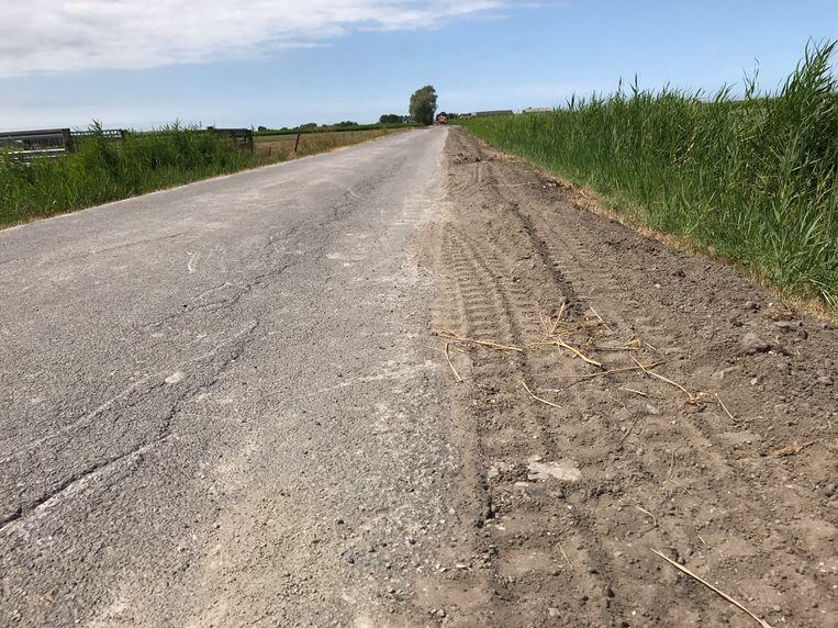 De fietsers besloten af te stappen en te wachten in de zachte berm totdat de tractor gepasseerd was, maar dat liep fataal af voor de bejaarde vrouw.