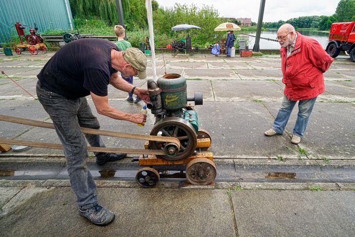 Belangstelling voor oude motoren tijdens de Stationaire Motorendag bij stoomgemaal De Tuut.