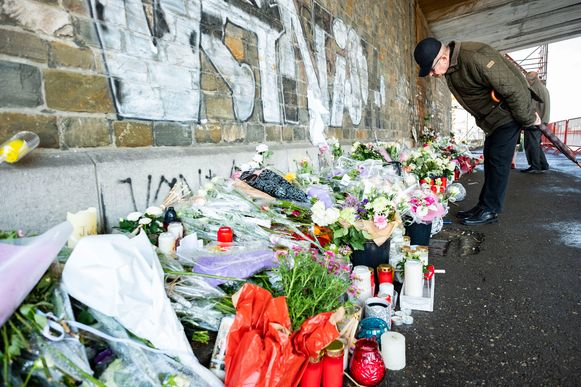 Ook op vrijdag kwamen mensen nog bloemen en giften brengen ter ere van Julie Van Espen.