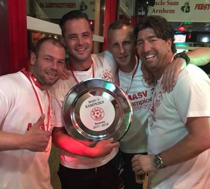Oud-profs Nicky Hofs (links) en Tim Cornelisse (3e van links) vieren het kampioenschap met teamgenoot en MASV-voorzitter Eef Kasteel (rechts).