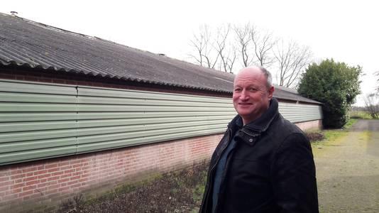 René Dekkers bij een van zijn stallen die hij wil slopen om ruimte te maken voor vrijstaande woningen.