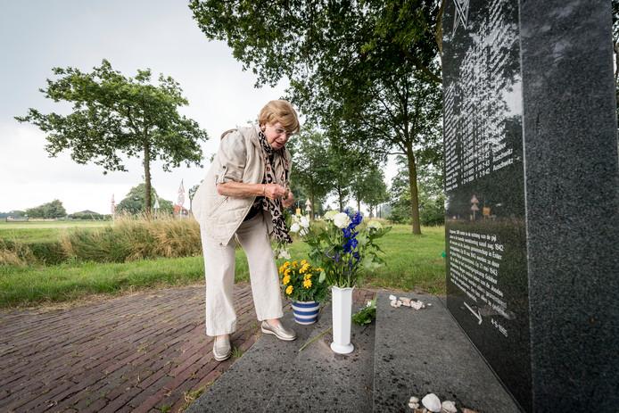 Het Joods monument in Enter. Op de foto Els Brandt. Zij maakt het monument regelmatig schoon.