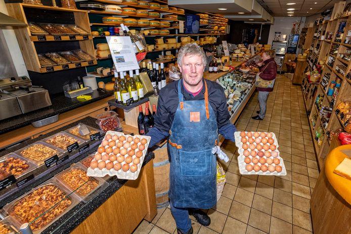 Joel Wiersma van het Escamps Kaashuisje verkocht door hamstergedrag bij de naastgelegen Albert Heijn vorige week tien keer zoveel eieren als normaal.