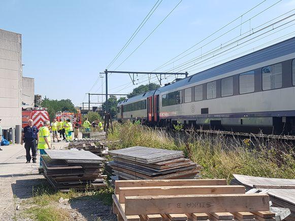 De laatste reizigers worden van de trein geholpen.