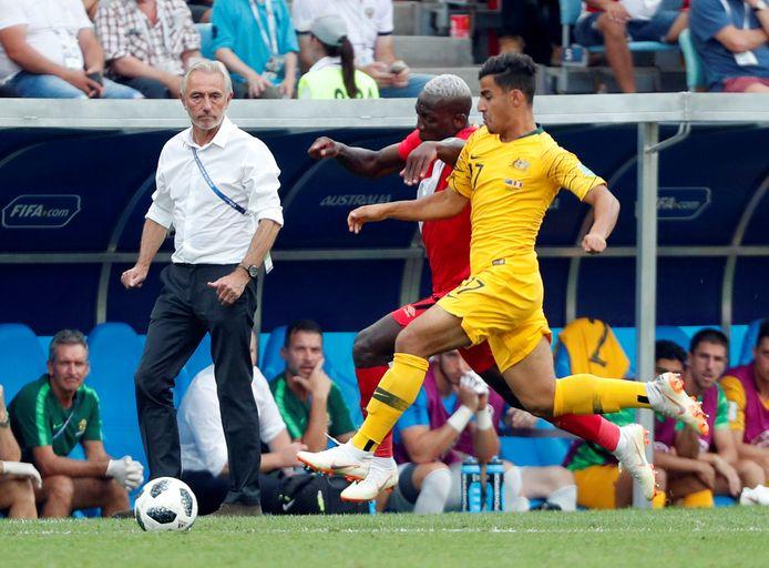 Bert van Marwijk, voormalig bondscoach van Australië, kijkt toe hoe Daniël Arzani een duel aangaat.