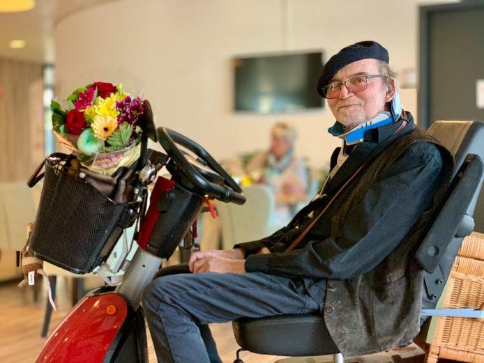 Adrian Rijken (67) fleurt met het boeket de gedachtenisplek van zijn overleden man in zijn kamer op.