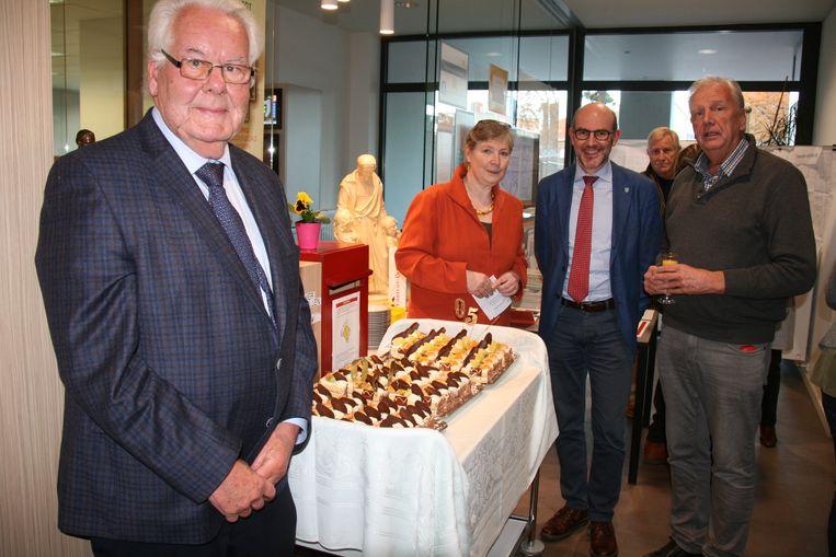 De tentoonstelling werd geopend met het aansnijden van een verjaardagstaart