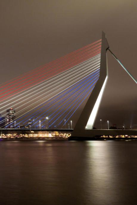 Erasmusbrug kleurt rood-wit-blauw en oranje