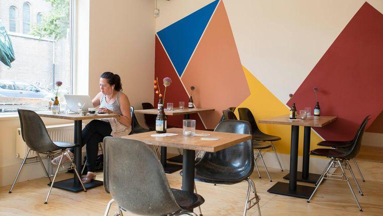De gekleurde muur brengt twee achtergronden samen Beeld Charlotte Odijk