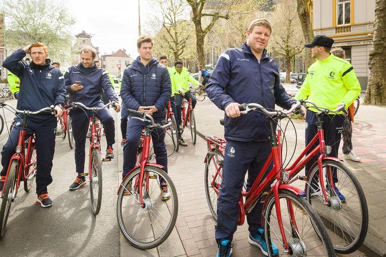 Trainer Hein Vanhaezebrouck en zijn staf reed ook mee.