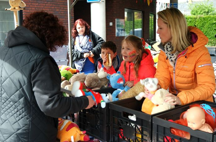 Mo (9) Bliek en haar moeder Kim doen goeie zaken op de Koningsfair in Kamperland.