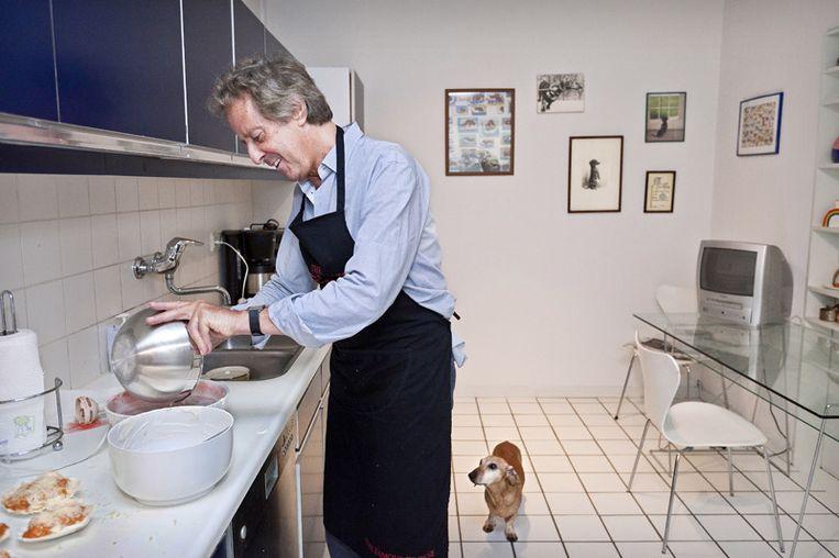 Hans en Sinatra staan altijd samen in de keuken. En nee, Sinatra krijg niets. © Marc Driessen Beeld