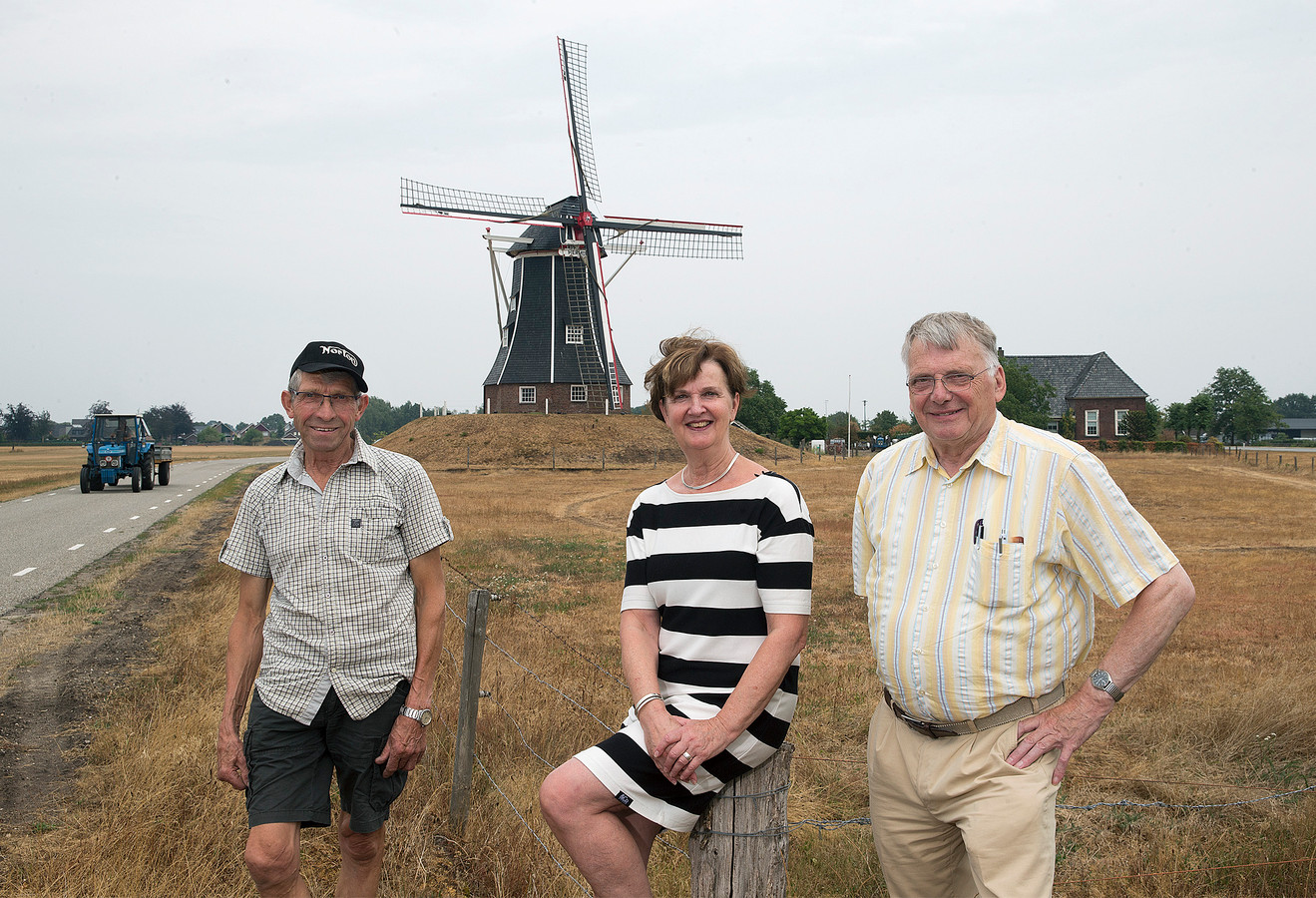 Molenaar Frans Wopereis, Maria van Uem en Frits van Lochem (rechts) voor molen Hermien.