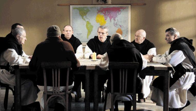 In 'Des hommes et des dieux' raken acht Franse Trappisten in Algerije betrokken bij de oorlog tussen het leger en de islamisten. (SCENE UIT FILM) Beeld