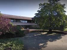 Hangverbod na hinderlijk gedrag rond gemeentehuis Ommen: 'jeugd bij ambtenaren voor de ramen'