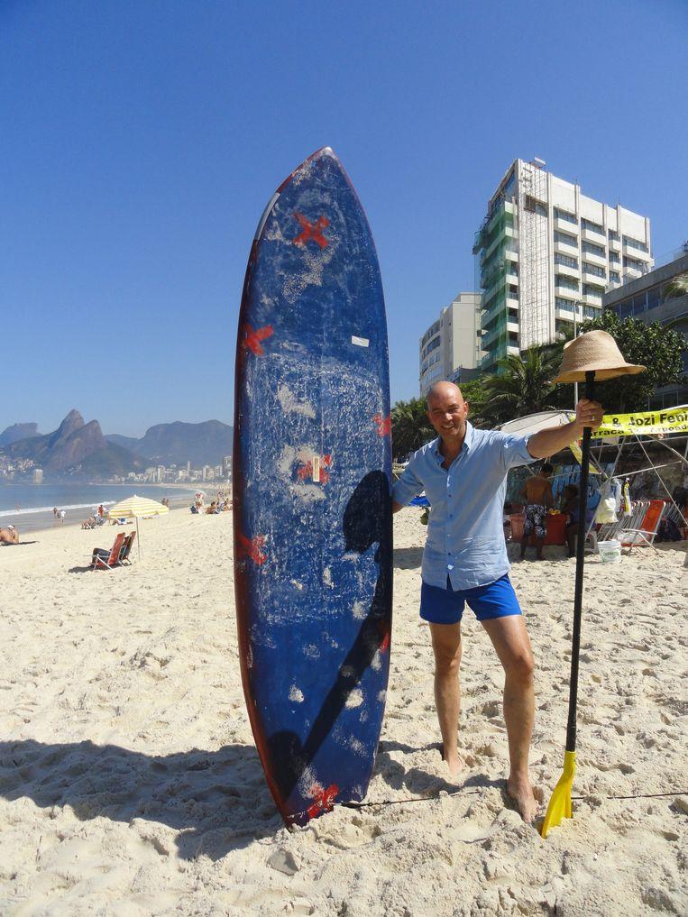 Tommy Wieringa toen hij nog niet van de surfplank was gevallen. Beeld .