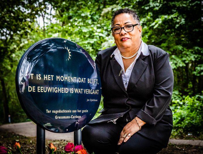 Margarita Gressmann bij het monument voor het gezin in het Oostkilpark. Ze raakte haar dochter Maryori en kleindochters Nicolle en Naiomy in één klap kwijt.