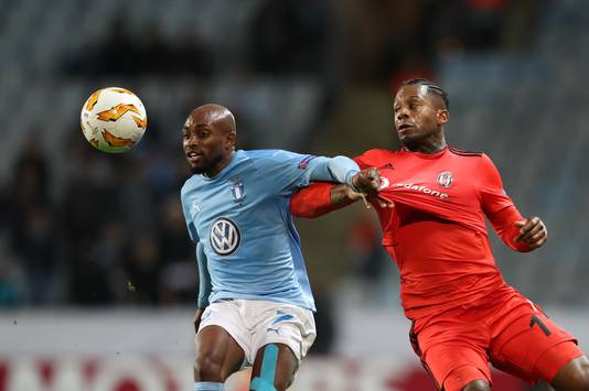 Fouad Bachirou (links) van Malmö in duel met Besiktas' Jeremain Lens.