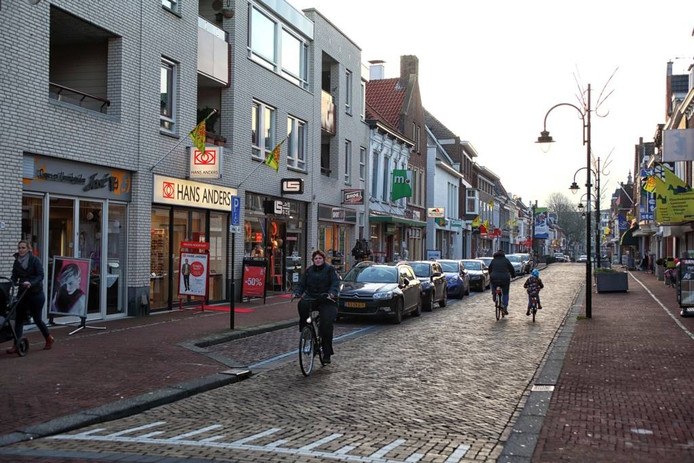 De winkels in de Kaaistraat vanaf de Markt gezien