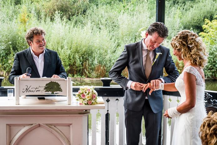 Acteur en trouwambtenaar Dirk Zeelenberg voltrekt het huwelijk van Marcel Weghorst en Jacqueline Wijnhoud. Foto: Lars Smook