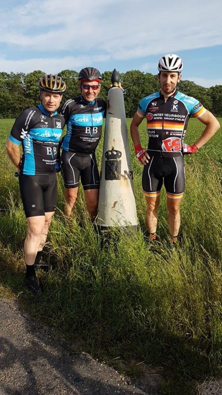 Met een fietstocht rond België steunt Edwin Thijs een zieke collega. Aan het begin van zijn tocht werd hij vergezeld door sympathisanten