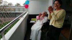 Spanje klapt voor 100-jarige vrouw die genezen is van corona