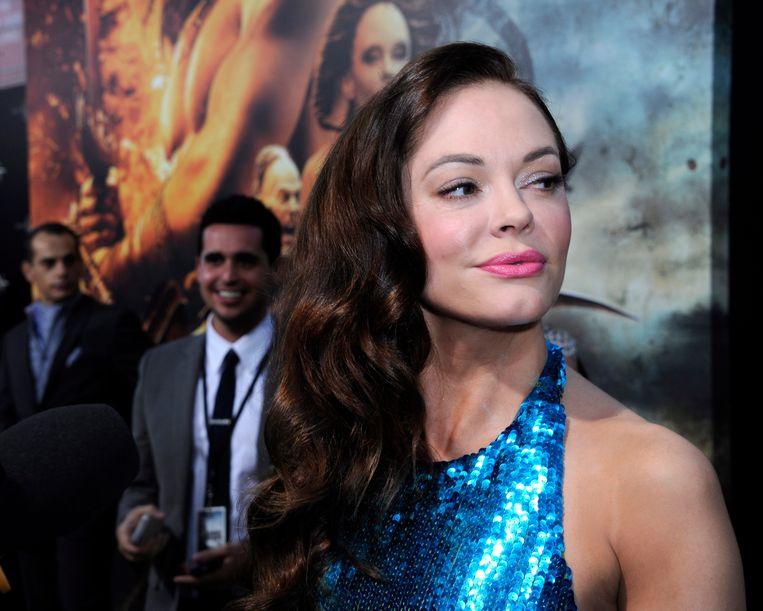 De Italiaans-Amerikaanse actrice Rose McGowan heeft zichzelf bij een politiebureau in Virginia aangemeld.