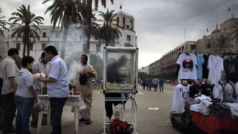 Straatverkopers in het nu rustigeTripoli. Beeld afp