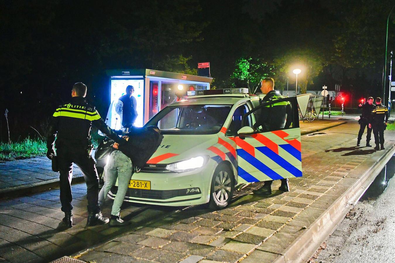 Onderweg naar een alarmmelding van een overval zag de politie van Valkenswaard een verdachte scooter en kon zo twee van de drie mogelijke daders meteen oppakken