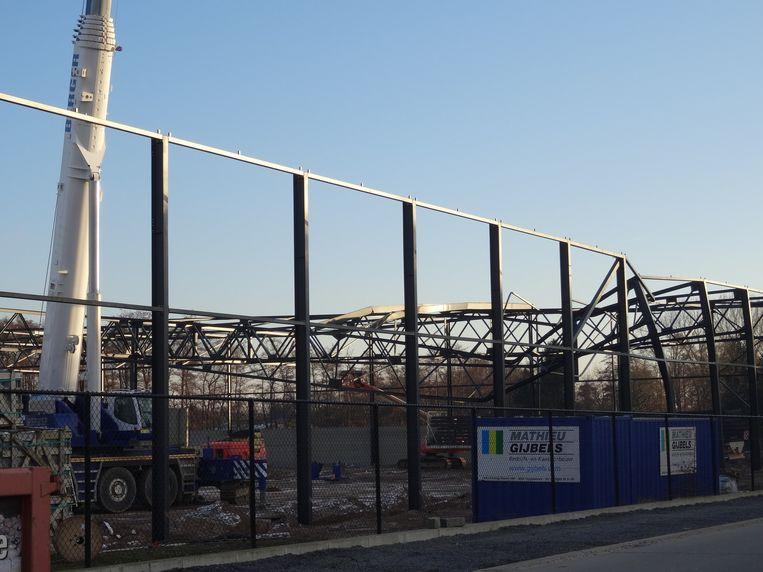 De kraan met de witte arm is rechtgetrokken. De schade aan de constructie is nog duidelijk zichtbaar.