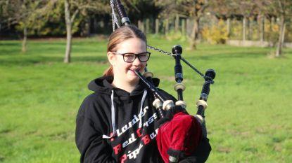 Piper Aaricia (14) speelt op wapenstilstand om 6 uur 's ochtends 'Amazing Grace' op dorpsplein