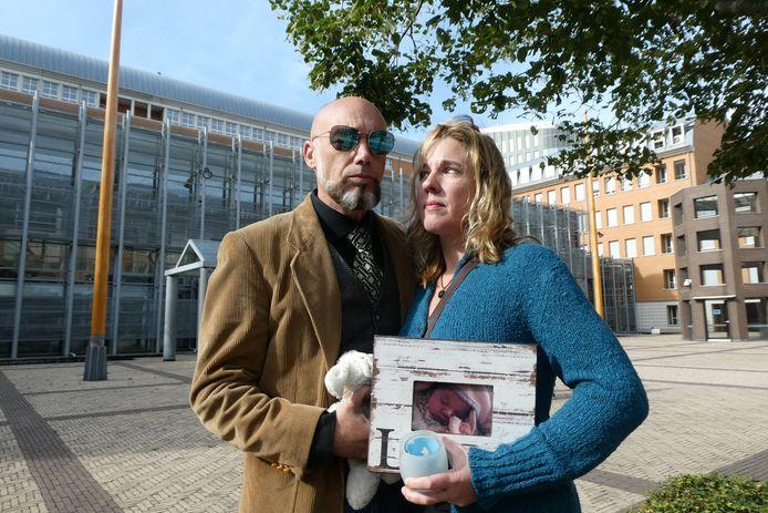 Chris en Marloes, de ouders van baby Luna, vlak voor ze het Paleis van Justitie binnen kwamen.