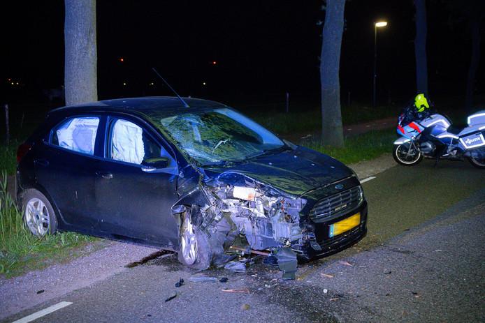 Automobilist botst tegen boom in Haghorst.