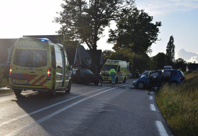 De twee auto's raakten elkaar frontaal.