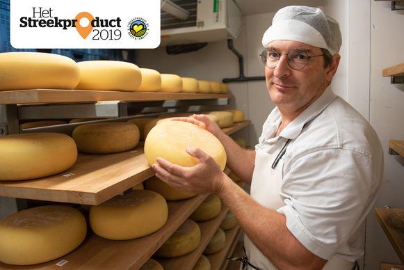 Willem Vernaillen bij zijn kaas.