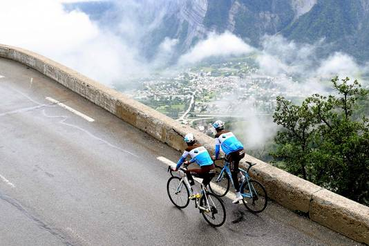 Romain Bardet (links) en Tony Gallopin verkennen de rit naar Alpe d'Huez.