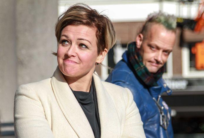Jenny Douwes na de uitspraak in het hoger beroep tegen vijftien blokkeerfriezen. Achter haar Sander Slijver, eveneens een 'blokkeerfries'.