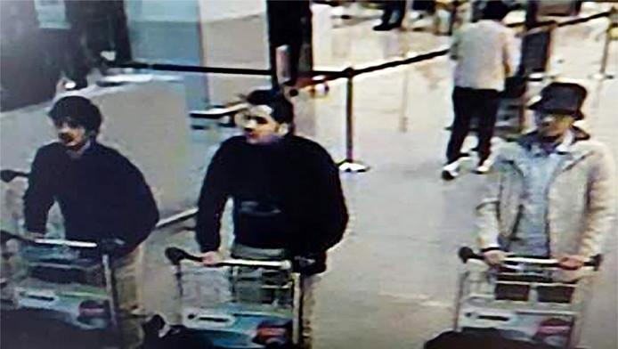 Najim Laachraoui (à gauche) avec Ibrahim El Bakraoui (centre) quelques minutes avant l'attentat de l'aéroport de Zaventem