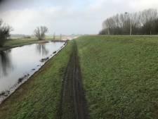 Actie tegen crossers die dijken vernielen: 'Kapot gras kan grote gevolgen hebben'