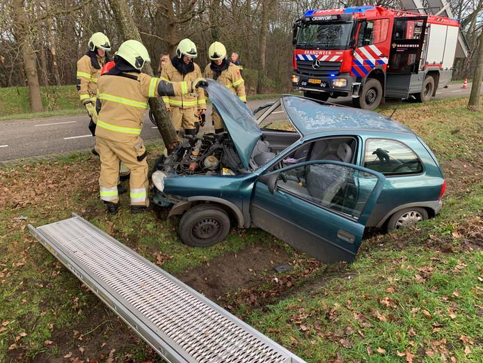 Auto van de weg geraakt in Helvoirt.