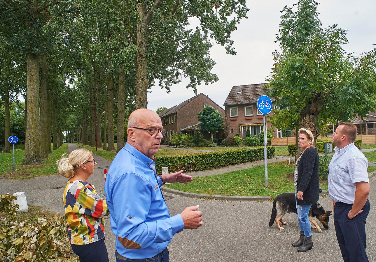 Peter van Hulten (blauw overhemd) en andere bewoners van de Amsteleindstraat in Oss maken zich grote zorgen over de veiligheid van fietsers en voetgangers in hun  straat.