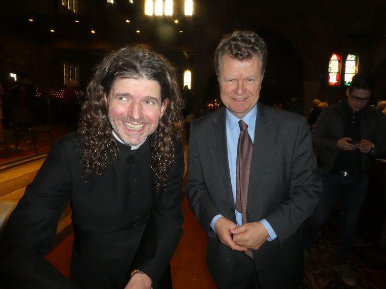 Priester Pierre Valkering (l) op zijn boekpresentatie met oud-politicus Boris Dittrich (r). Beeld Hans van der Beek