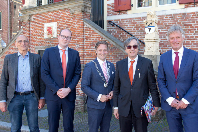 Burgemeester Verhoeve poseert met zijn gasten. Van links naar rechts: de wethouders Walther Kok en Bas Lont, burgemeester Pieter Verhoeve, Duitse ambassadeur Dirk Brengelmann en gemeentesecretaris Wubbo Tempel.