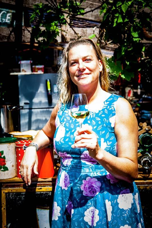 Barbara Verbeek toverde met haar man een brombakfiets uit 1966 om tot wijnbar op wielen.