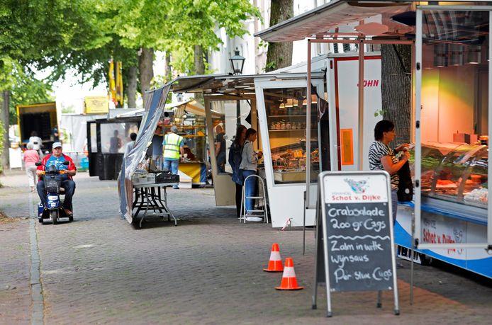 De markt zoals die vorige week nog in Sommelsdijk werd gehouden. De loopruimte in de Voorstraat is te krap om plaats te bieden aan alle kramen en alle bezoekers.