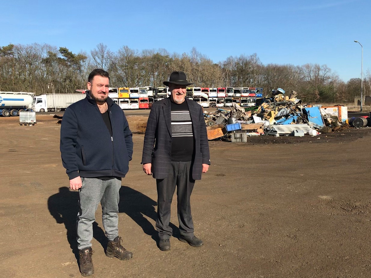Vader en zoon Jan en Bernard Verhaegh op het inmiddels deels ontmantelde bedrijventerrein Dennenoord.
