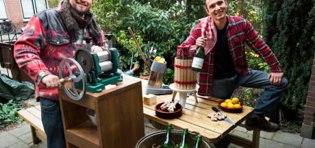Lennart (30) en Luis (28) brouwen wijn in hun achtertuin, maar zonder druiven