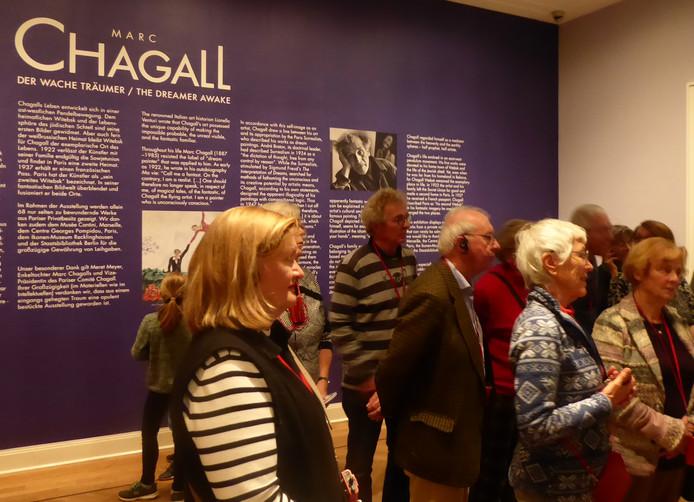 Geboeid luisteren bezoekers naar de uitleg over Chagall's meesterwerken.