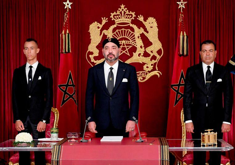 Koning Mohammed VI, samen met zijn broer prins Moulay Rachid en kroonprins Moulay Hassan Beeld AP