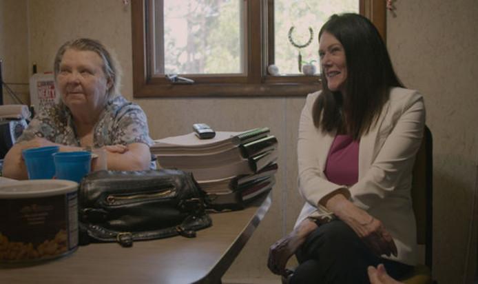 Zellner met de moeder van Steven Avery.